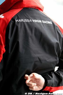 механик Marussia Virgin со скрещенными пальцами на Гран-при Австралии 2011