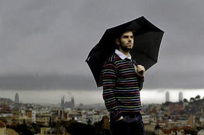 Хайме Альгерсуари вместе с зонтиком