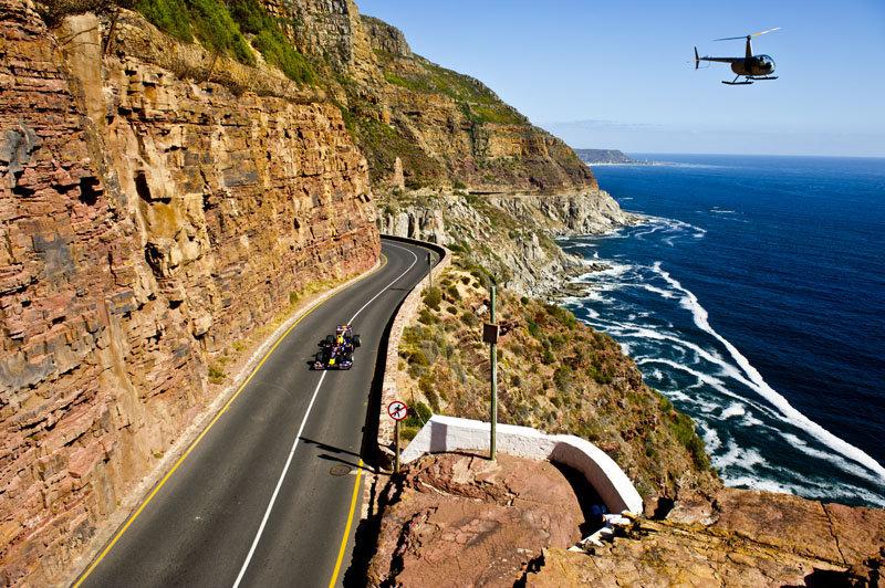 вертолет следует за болидом Red Bull Нила Яни на заездах в Кейптауне