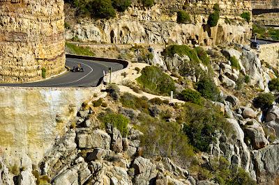 Нил Яни за рулем болида Red Bull едет по гористой местности Кейптауна 27 марта 2011