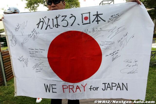 японский флаг с автографами пилотов Ф-1 на Гран-при Австралии 2011 We Pray for Japan