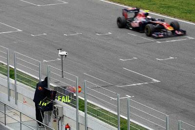механик Toro Rosso показывает табличку FAIL на предсезонних тестах 2011 в Барселоне