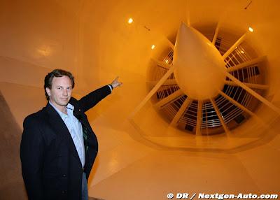 Кристиан Хорнер на заводе команды Red Bull показывает аэродинамическую трубу