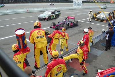 Дженсон Баттон на своем McLaren ошибается пит-стопом и заезжает в NASCAR на Гран-при Китая 2011