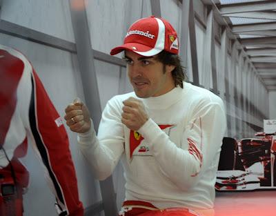 Фернандо Алонсо готов к борьбе и машет кулаками в боксах на Гран-при Китая 2011