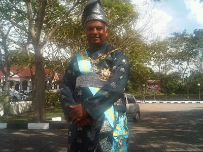 Тони Фернандес в национальной малайзийской одежде