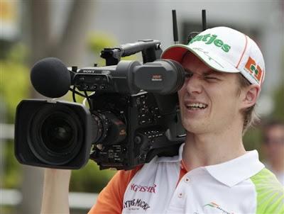 Нико Хюлькенберг с телевизионной камерой перед квалификацией на Гран-при Малайзии 2011