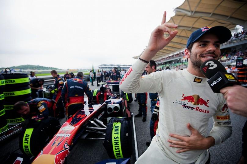 пилот Toro Rosso Хайме Альгерсуари дает интервью на стартовой решетке перед гонкой на Гран-при Малайзии 2011