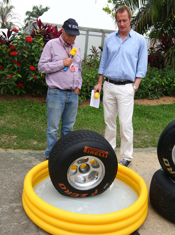 Ники Лауда демонстрирует дождевую резину Pirelli для немецкого телеканала RTL на Гран-при Малайзии 2011