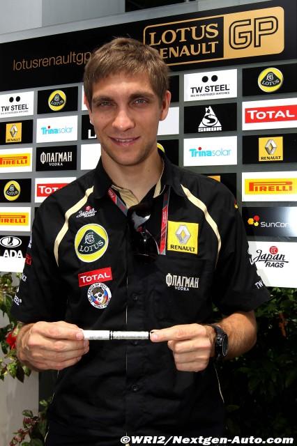 фото Виталий Петров с ручкой от Жана Алези на Гран-при Малайзии 2011