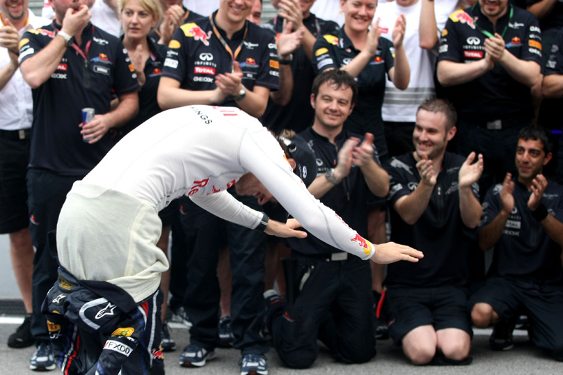 Себастьян Феттель кланиется своей команде Red Bull после победы на Гран-при Малайзии 2011