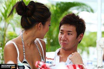 Камуи Кобаяши и Ю Абиру смотрят друг на друга на Гран-при Малайзии 2011