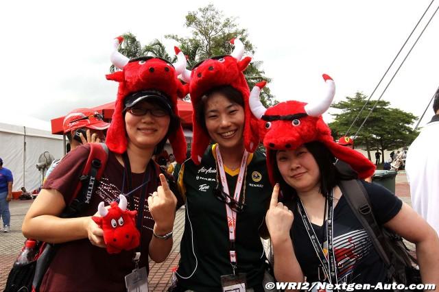 болельщики Red Bull в шапках с рогами на Гран-при Малайзии 2011