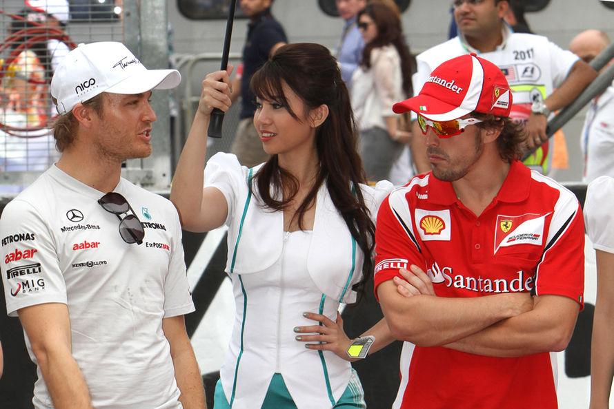 Нико Росберг и Фернандо Алонсо рядом с пит-герл на Гран-при Малайзии 2011