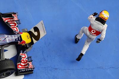 Льюис Хэмилтон бежит к своим механикам после победы на Гран-при Китая 2011
