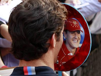 Марк Уэббер закрывается Шумахером на раздаче автографов болельщикам Шанхая на Гран-при Китая 2011