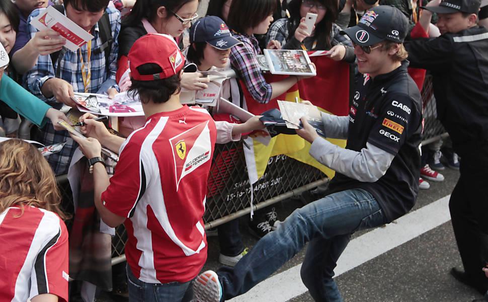 Себастьян Феттель пинает Фелипе Массу на раздаче автографов болельщикам Шанхая на Гран-при Китая 2011