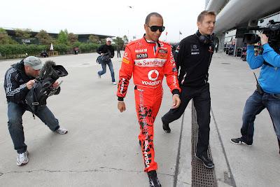 Льюис Хэмилтон в форме подготовленной Hugo Boss специально для Гран-при Китая 2011