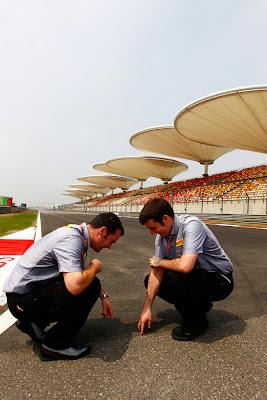 специалисты Pirelli изучают трассу в Шанхае на Гран-при Китая 2011