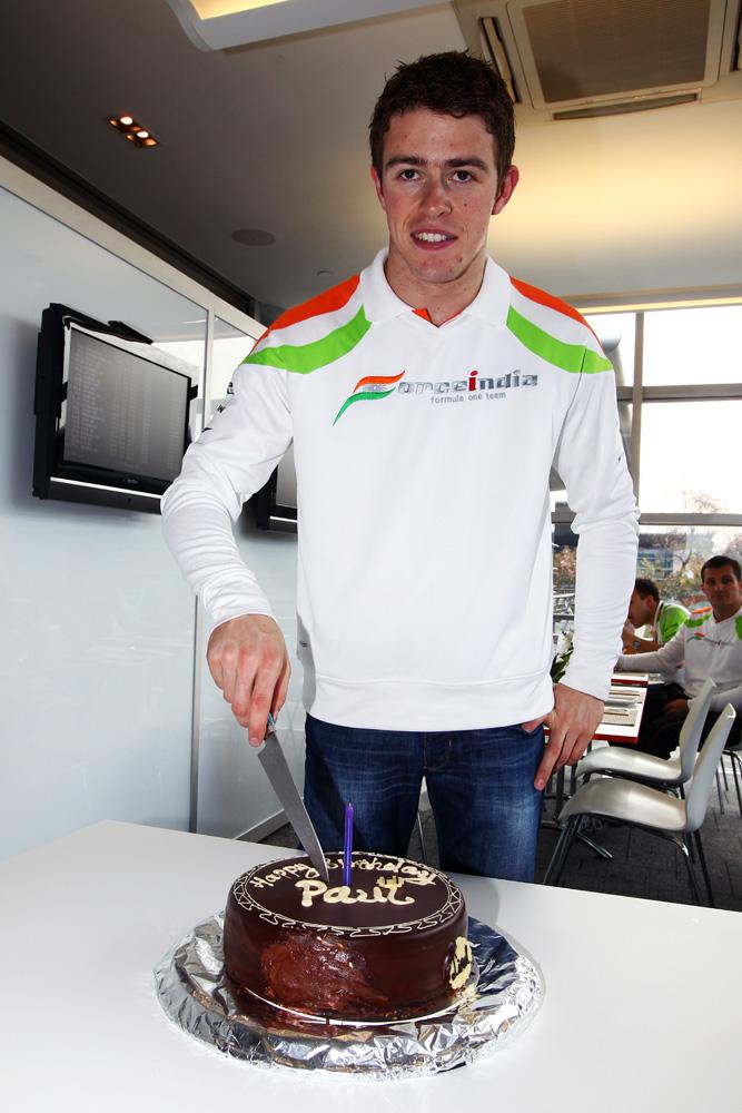Пол ди Реста разрезает праздничный торт в честь своего 25-летия на Гран-при Китая 2011