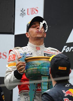 Льюис Хэмилтон дурачится на подиуме Шанхая после победы на Гран-при Китая 2011
