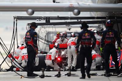 механики Red Bull наблюдают за одним из пит-стопов Дженсон Баттона и McLaren на Гран-при Китая 2011