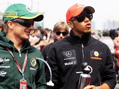 Хейкки Ковалайнен и Льюис Хэмилтон идут и разговаривают вместе на Гран-при Китая 2011