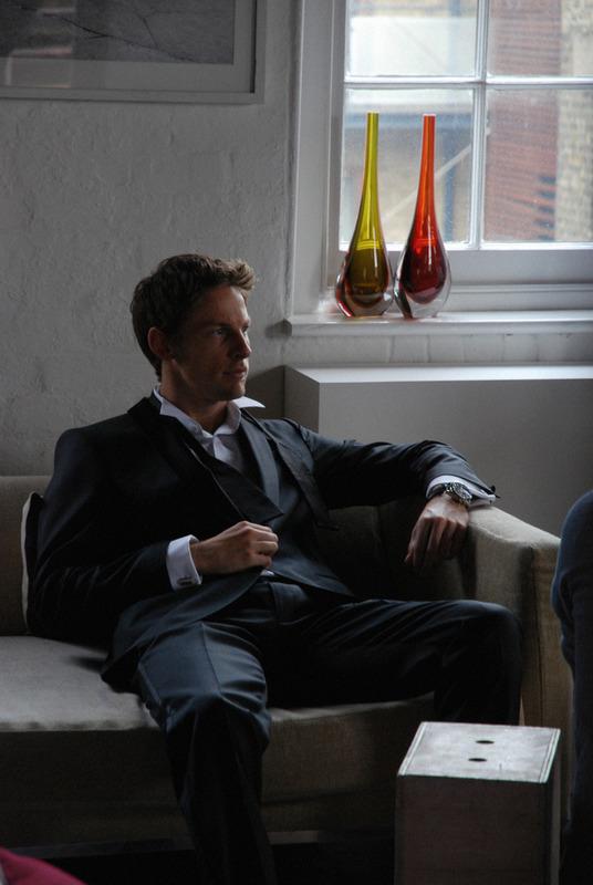 фото Дженсон Баттон сидит на диване в рекламе часов