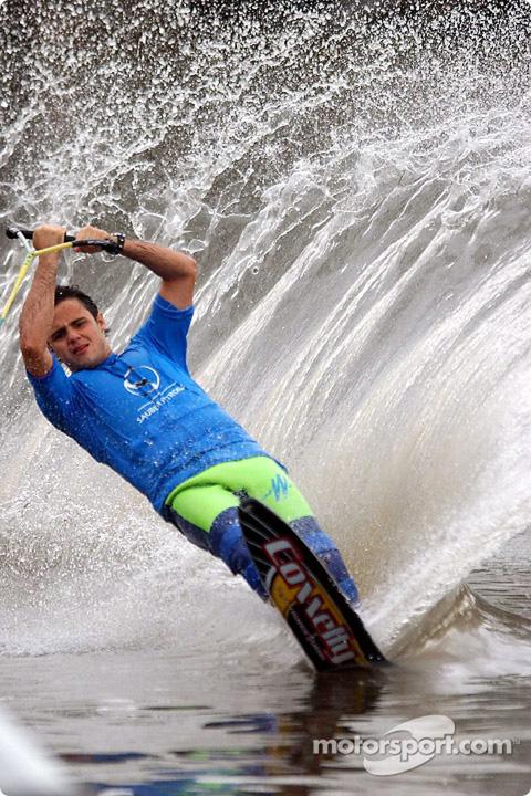 Фелипе Масса на водных лыжах на реке Ярра на Гран-при Австралии 2002