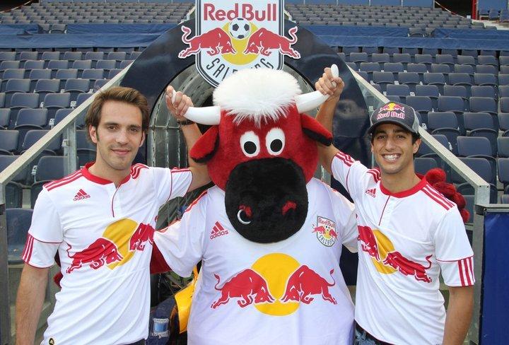 Жан-Эрик Вернь и Даниэль Риккардо держат быка Red Bull за рога в Зальцбурге 21 апреля 2011