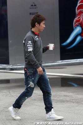 Камуи Кобаяши идет по паддоку Истамбул-Парка на Гран-при Турции 2011