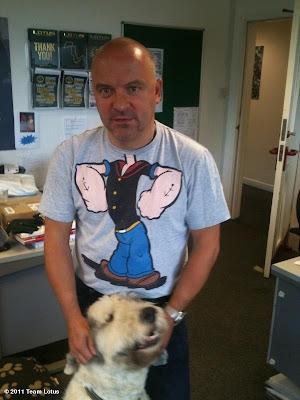 Майк Гаскойн в прикольной футболке с собакой