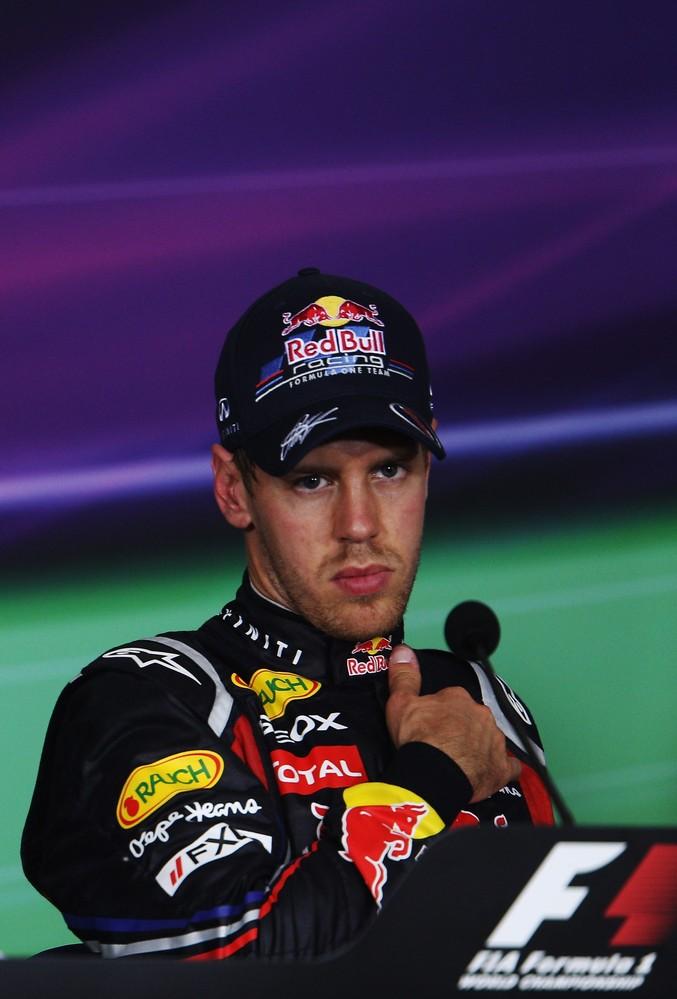 Себастьян Феттель на пресс-конференции после гонки на Гран-при Турции 2011 держится за грудь