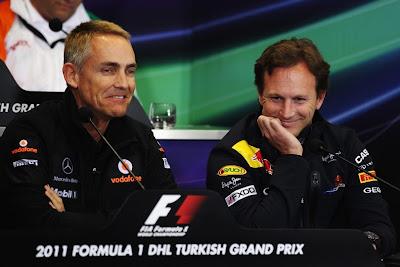 улыбающиеся Мартин Уитмарш и Кристиан Хорнер на пресс-конференции Гран-при Турции 2011