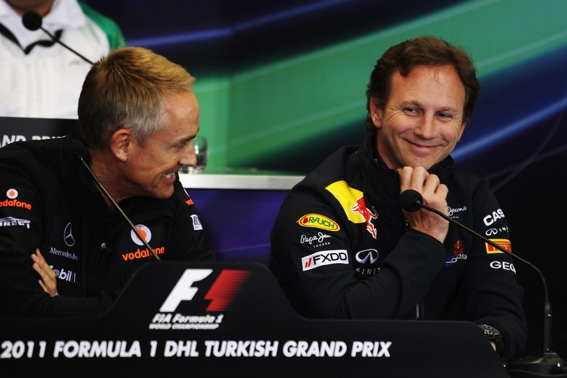 смеющиеся Мартин Уитмарш и Кристиан Хорнер на пресс-конференции Гран-при Турции 2011
