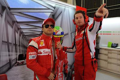 Роб Смедли указывает на что-то Фелипе Массе в боксах Ferrari на Гран-при Турции 2011
