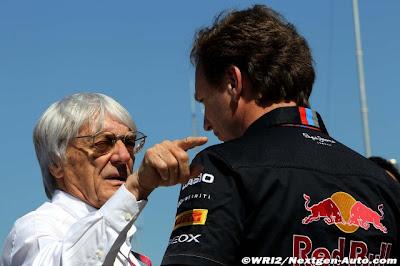 Берни Экклстоун тычет пальцем в Кристиана Хорнера на Гран-при Турции 2011 вид сзади