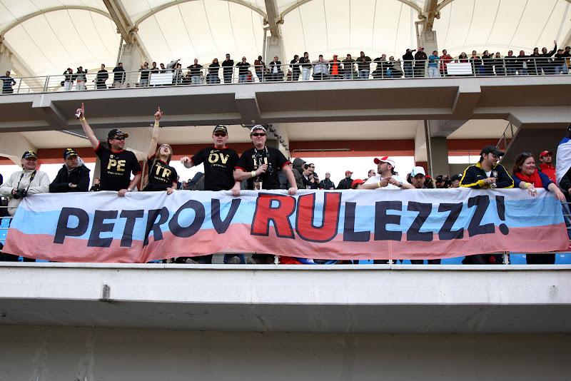 болельщики Виталия Петрова на трибунах Истамбул-Парка на Гран-при Турции 2011 Petrov RUlezzz