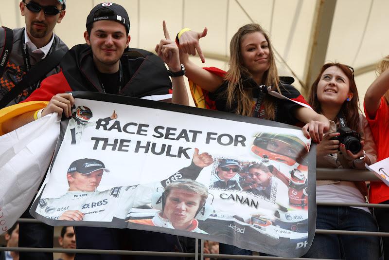 болельщики Нико Хюлькенберга с плакатом Race seat for the HULK на трибунах Истамбул-Парка на Гран-при Турции 2011