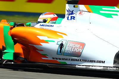 Пол ди Реста за рулем болида Force India с логотипом One From A Billion Hunt на Гран-при Турции 2011