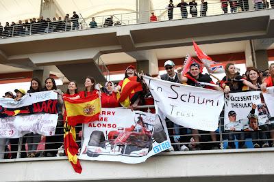 активные болельщики на трибунах Истамбул-Парка на Гран-при Турции 2011