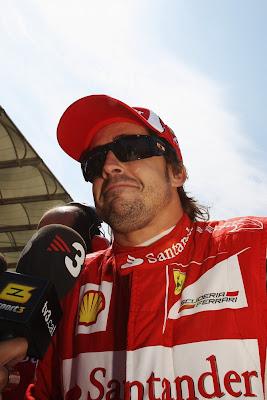 Фернандо Алонсо дает интервью перед стартом на Гран-при Турции 2011