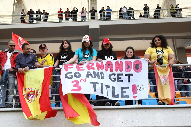 болельщицы Фернандо Алонсо на трибунах Истамбул-Парка с плакатом Alonso Go and get 3rd title на Гран-при Турции 2011 Nur & Meltem
