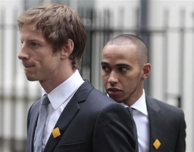 Дженсон Баттон и Льюис Хэмилтон идут на встречу с премьер министром Великобритании в Лондоне 11 мая 2011