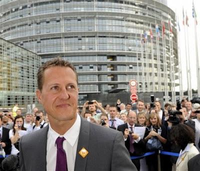 Михаэль Шумахер на фоне Европейского Парламента в Страсбурге 11 мая 2011