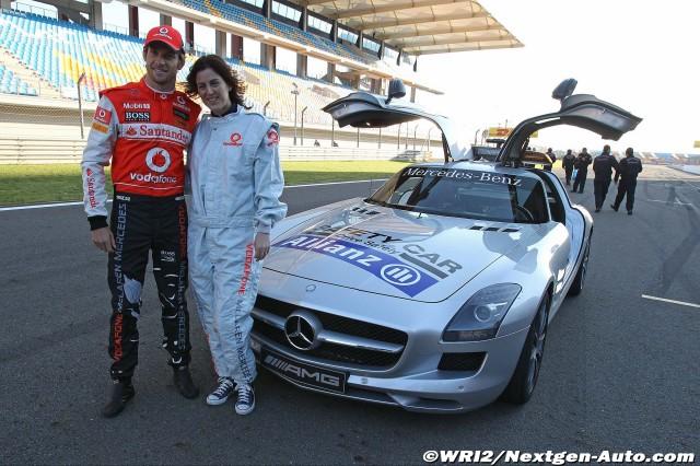 Дженсон Баттон с девушкой на фоне сэйфти-кара на Гран-при Турции 2011