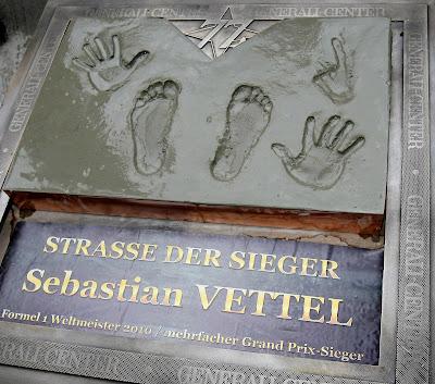отпечатки рук и ног Себастьяна Феттеля на церемонии открытия трассы Red Bull Ring 15 мая 2011