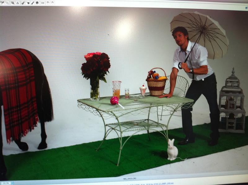 Дженсон Баттон с зонтиком на фотосессии