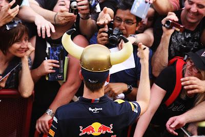 Себастьян Феттель в рогах фотографируется с болельщиками в четверг на Гран-при Испании 2011