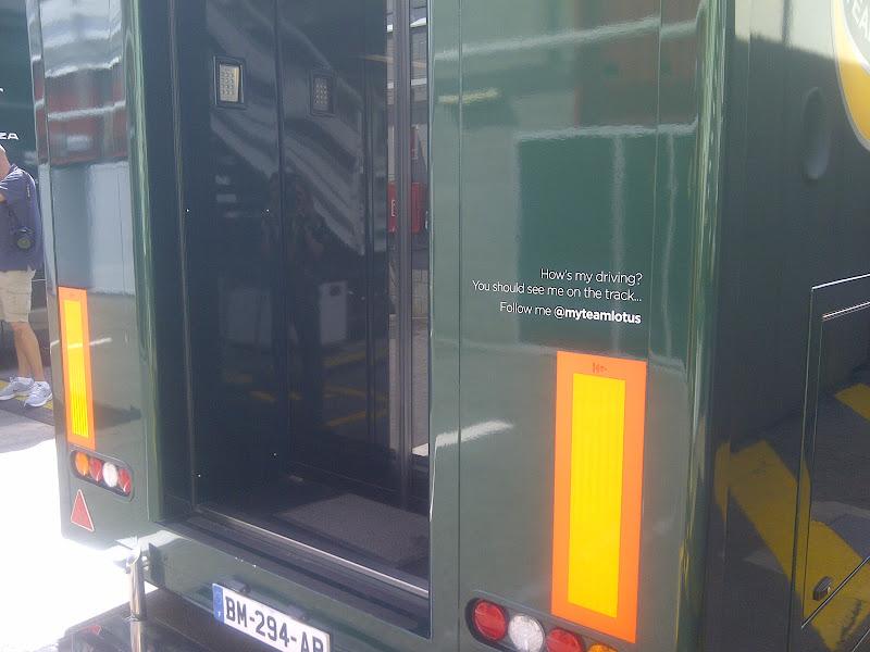 надпись на грузовике Team Lotus на Гран-при Испании 2011
